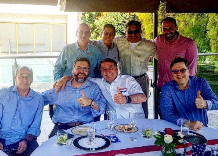 Submisso a Trump, Bolsonaro comemora independência dos Estados Unidos