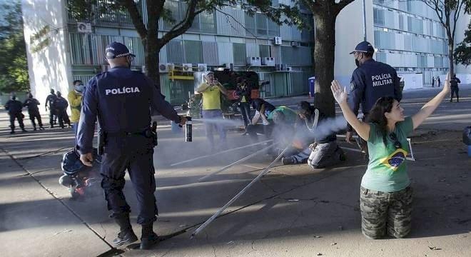 Governo do DF desmonta acampamento de Sara Winter em apoio a Bolsonaro