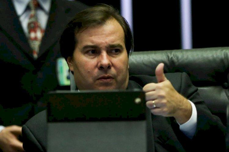 Maia chama Bolsonaro de covarde em meio a disputas da vacinação e na Câmara