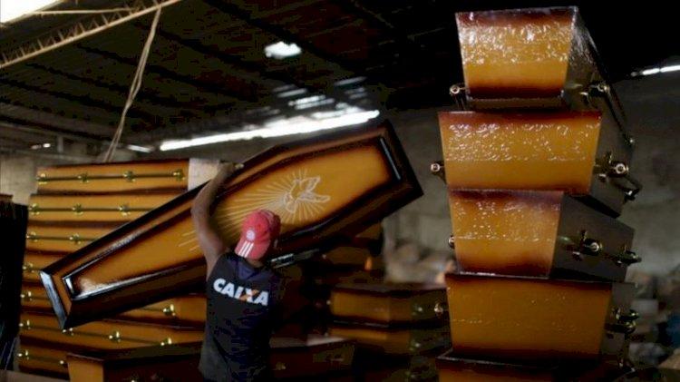 Brasil do desemprego recorde tem vagas em fábricas de caixões