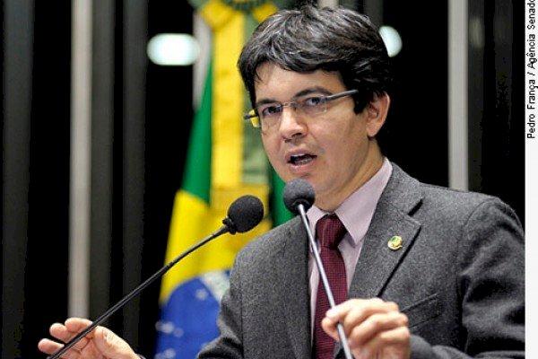 Randolfe vai ao STF para apresentar queixa-crime contra Bolsonaro por difamação